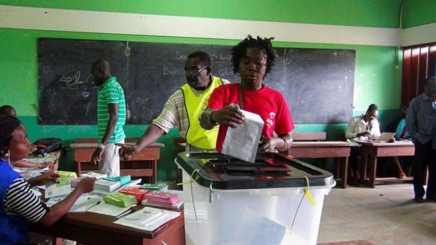 A woman votes during the presidential election in Libreville, Gabon, August 27, 2016. (Net photo)
