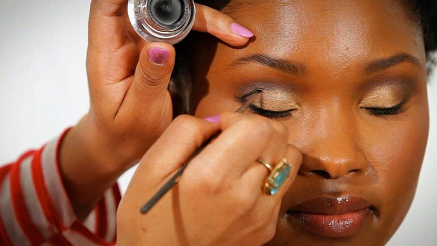 Keeping makeup on at night may cause skin complications. (Net photo)
