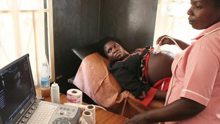 A medic carries out an ultrasound scan on a pregnant woman. (Net photo)