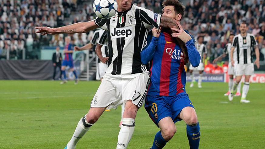 Mario Mandzukic (left) attempts to fend off Messi as the two players battle for possession. / Internet photo