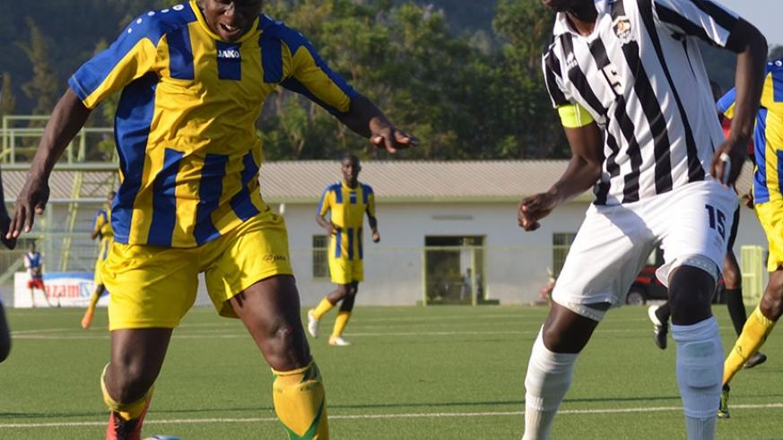 AS Kigali striker Michel Ndahinduka (L) tries to beat APR defender Faustin Usengimana during the corresponding fixture, which AS Kigali won 1-0. (Sam Ngendahimana)
