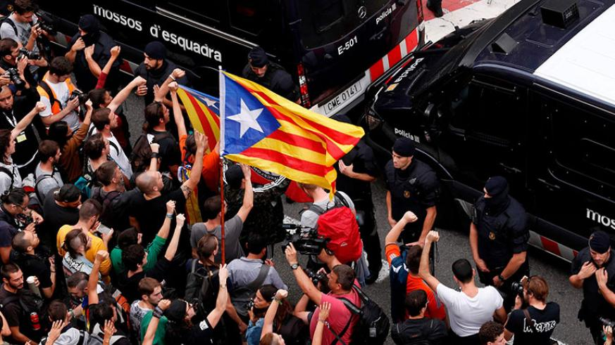 An anti-police demonstration outside the Spanish national police headquarters in Barcelona on October 2. / Internet photo