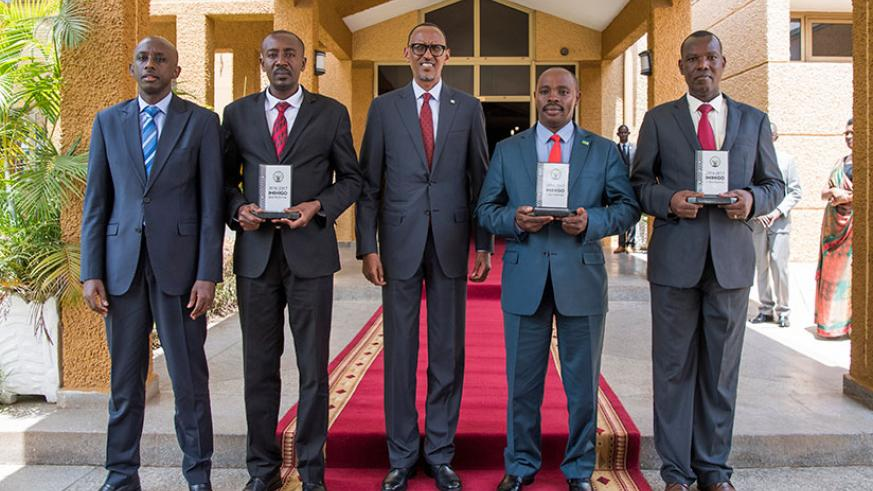 President Kagame in a photo with the mayors of top performing districts in the 2016/17 Imihigo; Radjab Mbonyumuvunyi, of Rwamagana (2nd L); Jean-Damascene Habyarimana, of Musanze (....