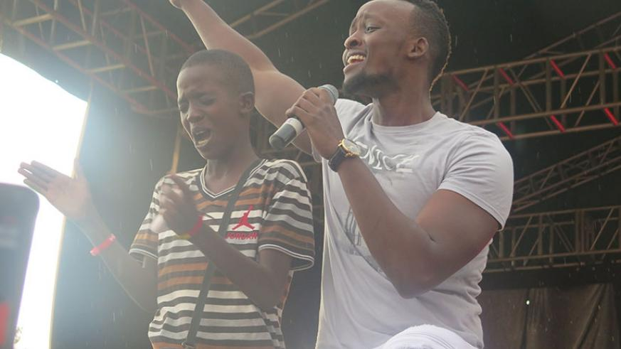 Meddy also invited one of his fans on stage to sing together.
