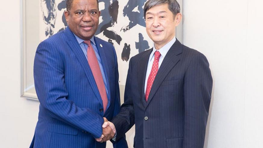 SDGs Center for Africa Director General Belay Begashw (L) and JICA President Shinichi Kitaoka at the signing ceremony. (Courtesy)