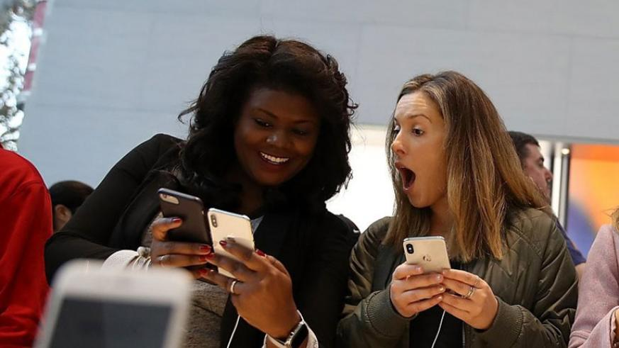 Customers inspect the new iPhone X at an Apple Store in Palo Alto, California last year. / Net photo