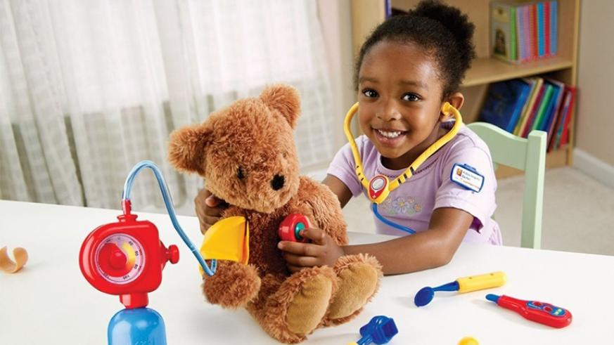 A child plays with toys. Curious children learn faster. / Net photo.