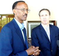 President Paul Kagame flanked by Howard Schultz, Chairman of Starbucks Coffee Company responding to questions from members of press shortly after a breakfast meeting at Village Urugwiro on December 1st.(PPU)