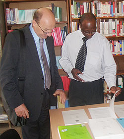 ICTY Registrar John Hocking touring the Nyamagabe ICTR information centre, right is the district intermediate court president. (Photo; P Ntambara)