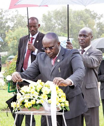 Prime Minister, Dr Pierre Damien Habumuremyi,  laying a wreath in honour of the Genocide victims