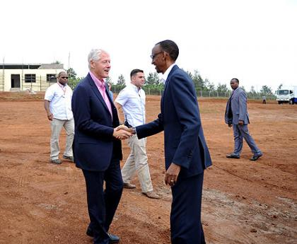 President Kagame welcomes President Clintom to Eastern Province