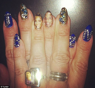 Beyonce has decorated her fingernails with husband's portrait. Net Photo