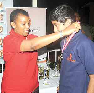 Cyril Malayil (R) receiving his medal from Serena Hotels Rwanda Country Sales and Marketing Manger Denise Omany  at the Kigali Golf Club on Saturday.  The New Times / J.Mbanda