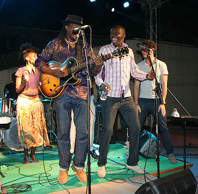Mighty Popo on stage with Jules Sentore and Diana Teta (Background)