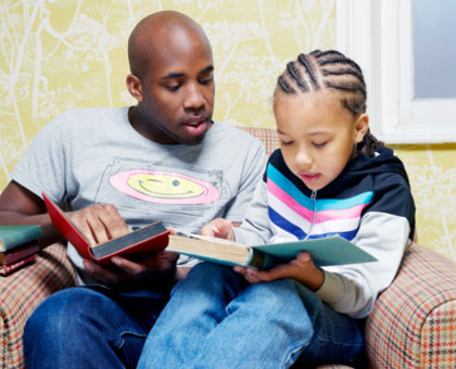 Parents should spare some time to help their children with reading and writing. (Internet photo)