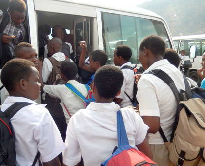 Students struggle to board a vehicle after several hours of waiting. (Solomon Asaba)
