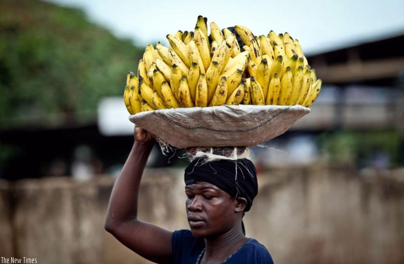 A woman sells bananas. Experts say fresh food may not necessarily contain all the required body nutrients. (Internet)