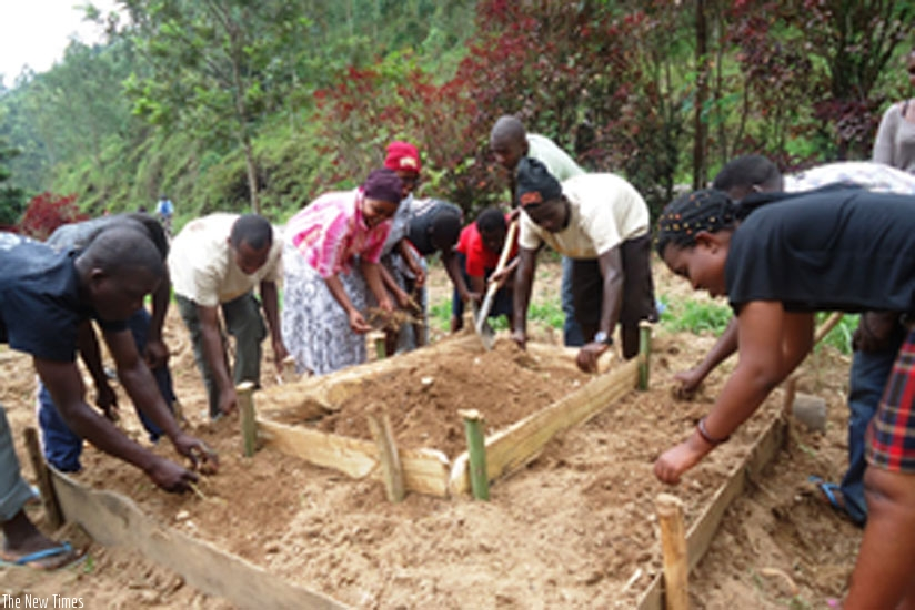 Students construct a kitchen garden in which to plant vegetables during national service. (F. Byumvuhore)