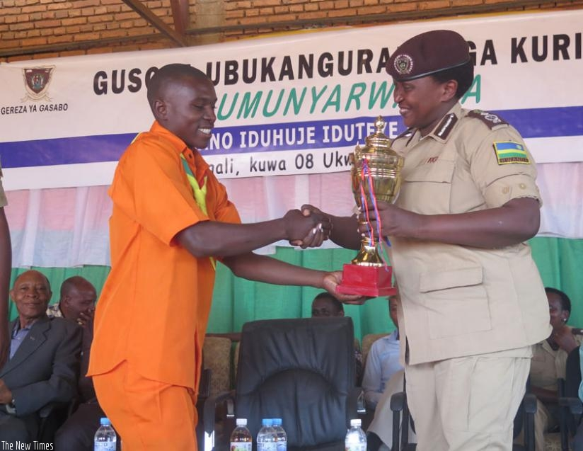 Gahonzire gives an award to the best performing team in the Ndi Umunyarwanda campaign. (Frederic Byumvuhore)