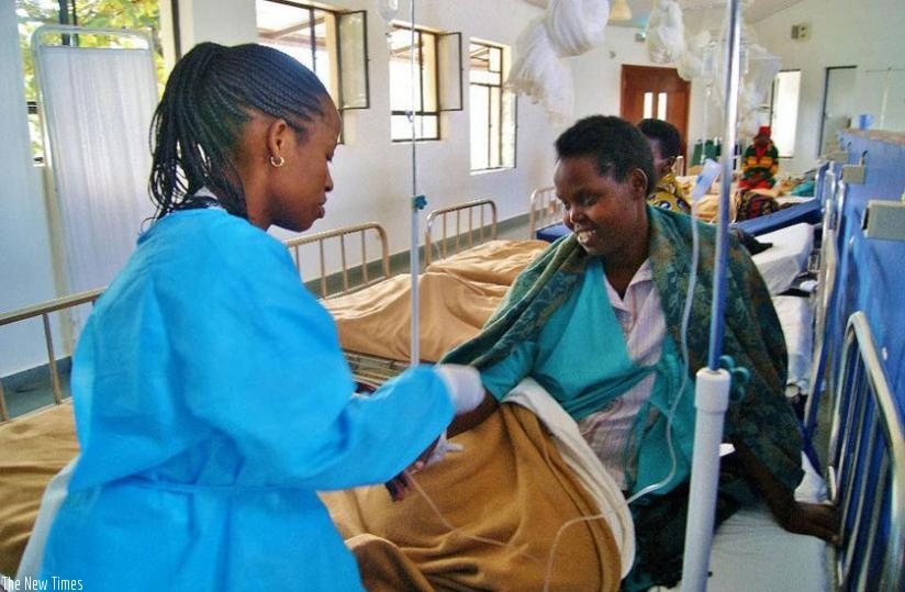 A nurse prepares to adminster a chemotherapy treatment to a breast cancer patient at the cancer centre in Butaro Hospital. (Net photo)