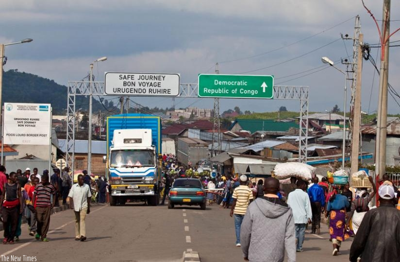 Rwandans at Goma border transacting business. (Timothy Kisambira)