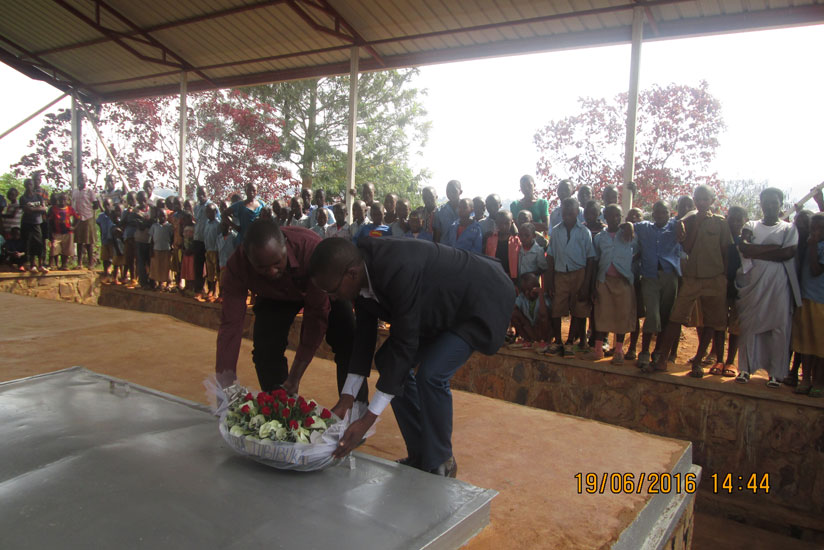 Residents of Rutunga sector commemorate teachers and students killed during the 1994 Genocide against the Tutsi.( Frederic Byumvuhore)
