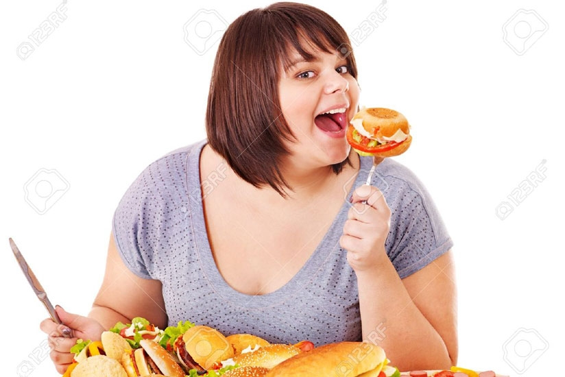 A woman eats junk food. (Net photo)