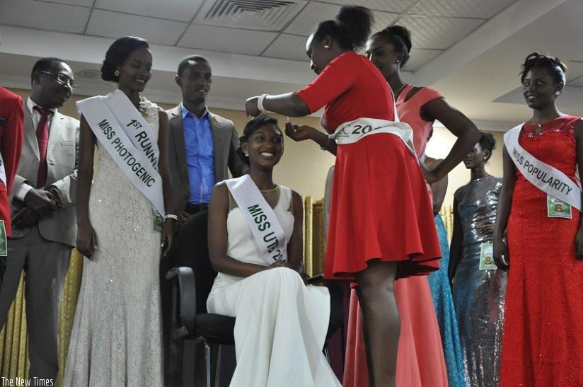 Miss UTB 2012 Elisabeth Ibyishaka passes her crown on to the new queen Albine Nishimwe Uwiragiye. / Angellah Kenyanah.