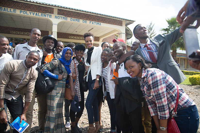 1497657223Miss-Rwanda-2016-Jolly-Mutesi-poses-for-a-picture-with-a-group-of-starstruck-youths-after-the-event