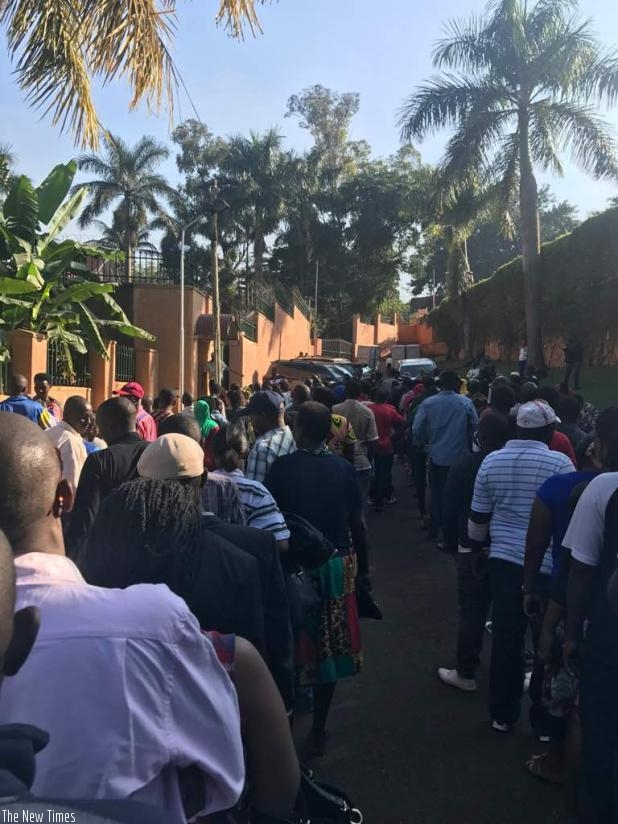 A long queue of voters at the Rwandan High Commission in Uganda (Courtesy)