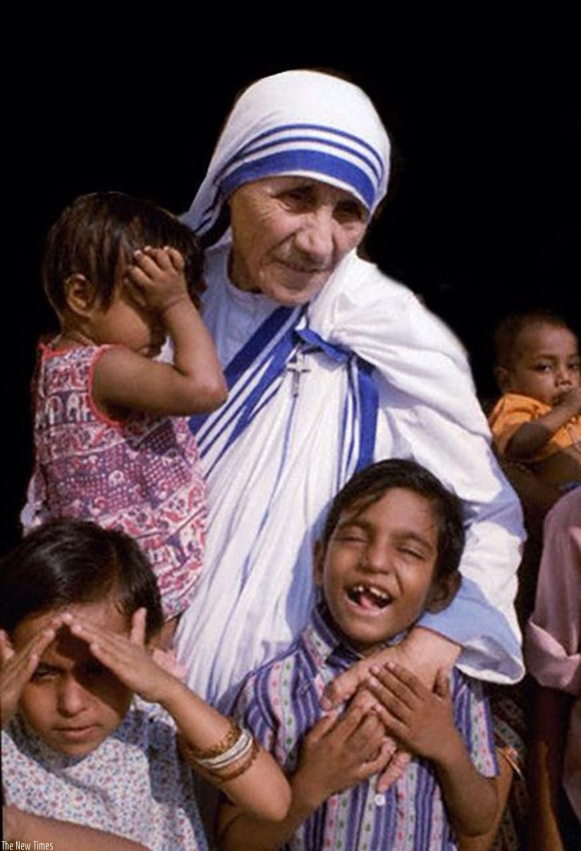 Mother Teresa with some of the children she sacrificed to look after. Children should love others unconditionally. / Net photo.