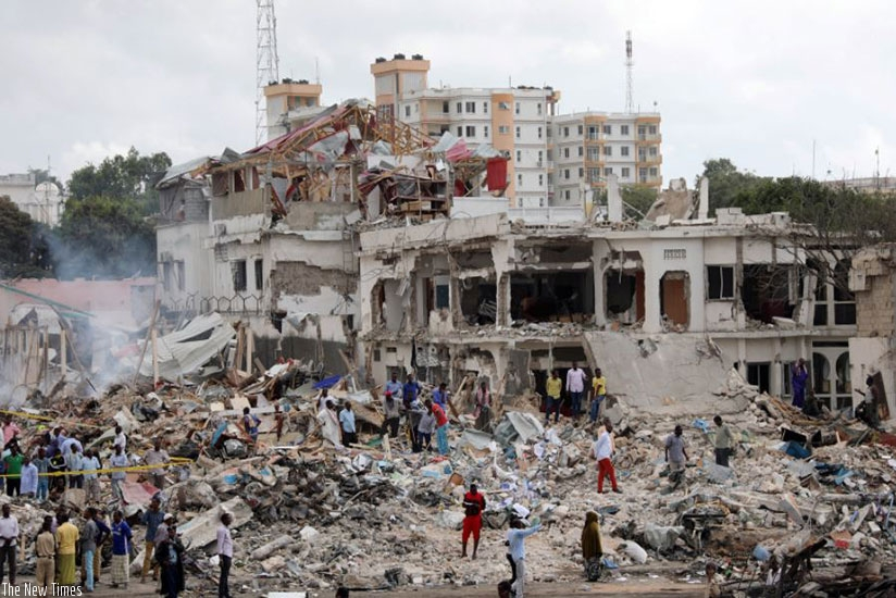 Somali government forces and civilians gather at the scene of an explosion in KM4 street in the Hodan district of Mogadishu. (Net photo)