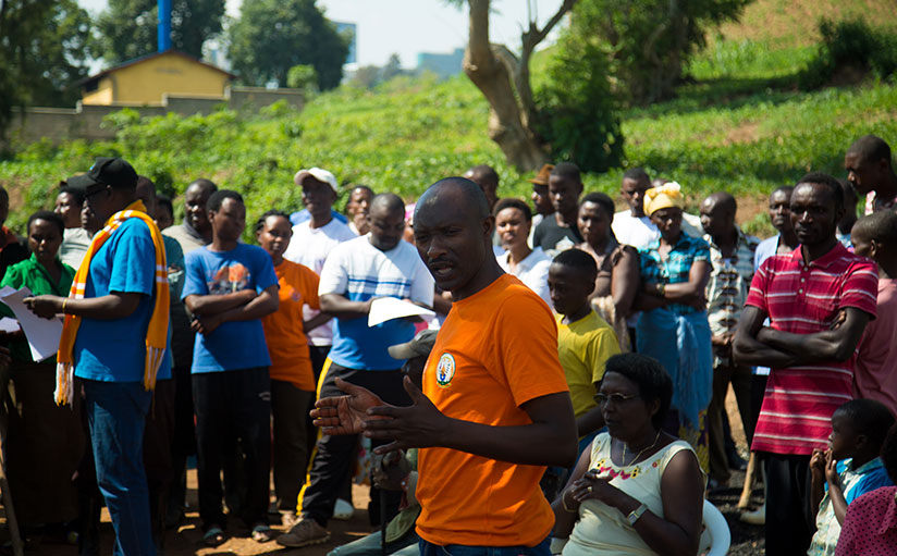1511641353The-Executive-Secretary-of-Kacyiru-sector,-Patrice-Ndanga-speaks-to-residents-after-participating-in-Umuganda-yesterday