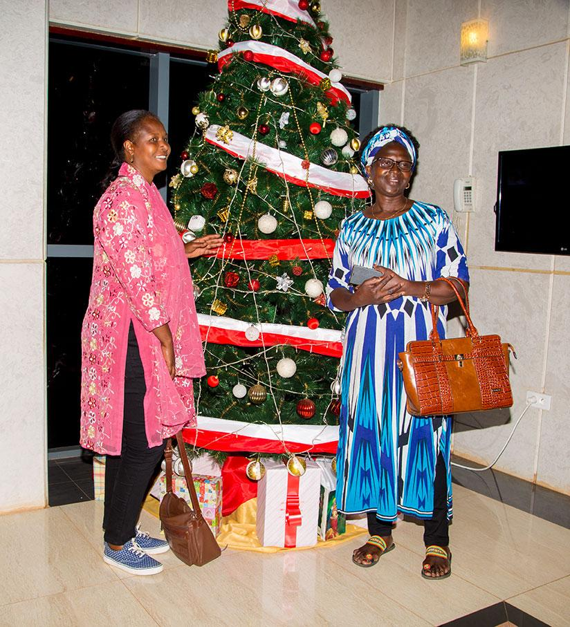 1512457451Invited-customers-pose-for-photos-at-the-tree
