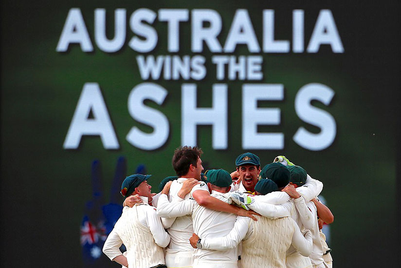 Australia's players celebrate after they regained the Ashes with an innings-and-41-run win over England in the fifth Test. / Net photo