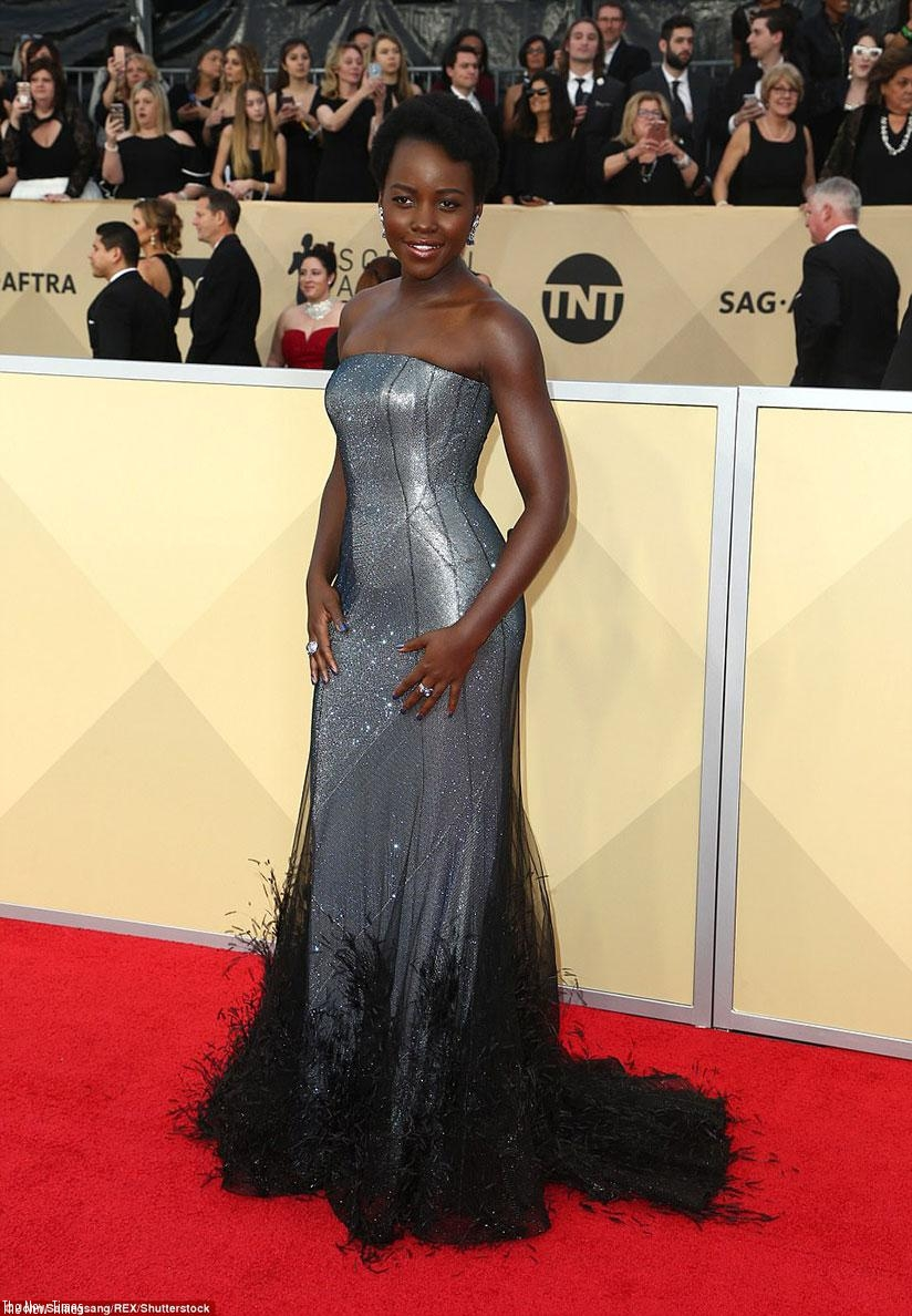 Also choosing a gray toned gown was actress Lupita Nyong'o; her sparkling Ralph & Russo dress had a feathered black hemline; she added Niwaka jewelry. (Net photos)