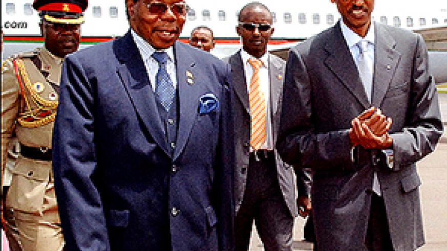 L-R: Presidents Bingu wa Mutharika of Malawi and Kagame after the former's arrival at Kigali International Airport yesterday. (Photo/PPU)