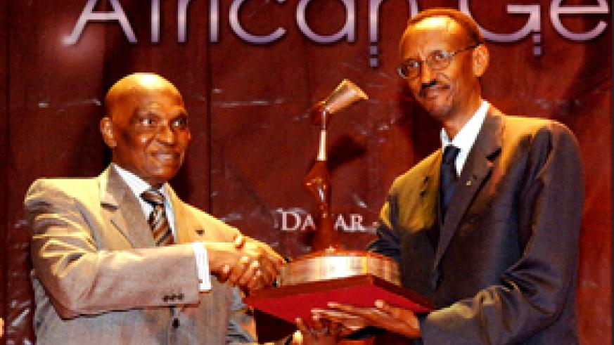 President Kagame (right) receiving the 2007 African Gender Award from his Senegalese counterpart Abdoulaye Wade at the Daniel Sorano Theatre in Dakar, Senegal. (PPU Photo)