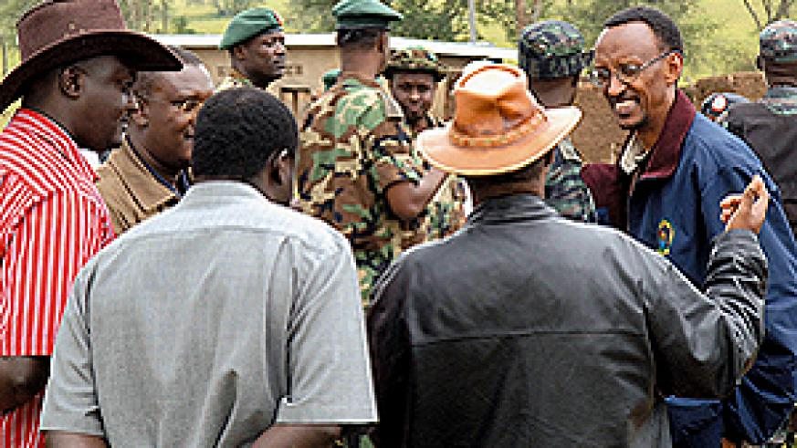 President Kagame (right) having a final word with government officials at the end of the land re-distribution event in Rwimiyaga sector. (PPU photo)