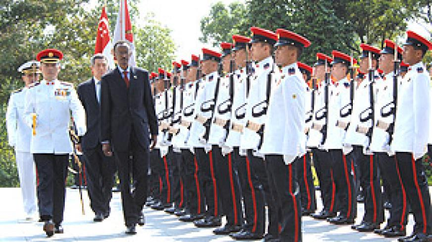 President  Kagame inspects a guard of honour on arrival in Singapore. (Photo/ PPU).