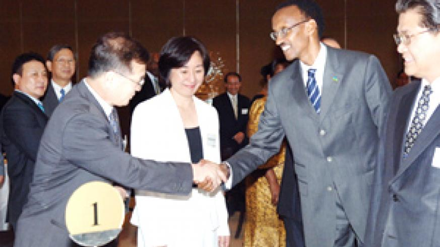 President Kagame greets members of the Korean business community at a dinner held in Seoul on Friday night. (PPU photo)