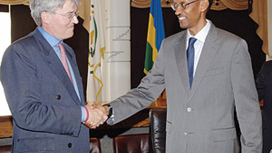 President Kagame greets Andrew Mitchell, shadow Secretary of State for International Development at the beginning of a courtesy call at Urugwiro Village by a delegation of  visiting UK Conservative Party volunteers. (PPU photo)