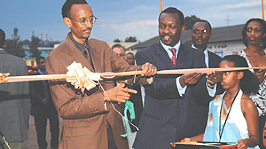 President Kagame cutting the ribbon to officially open the 11th Rwanda International Trade fair 2008. ( Photo/G. Barya).