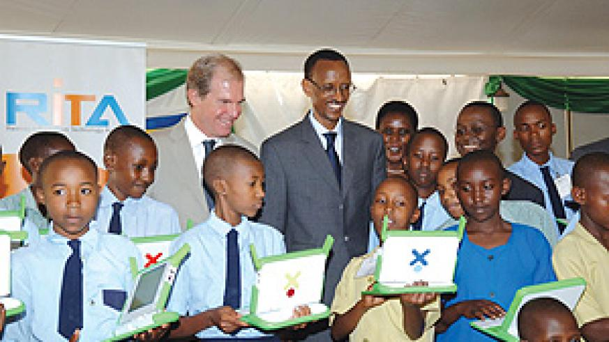 Pupils demonstrates the technicalities involved in laptops to President Paul Kagame and Nicholas Negroponte, founder and Chairman of One Laptop per Child, during the official launch of the computer project at Jali club, on 1 October 2008. (PPU photo)