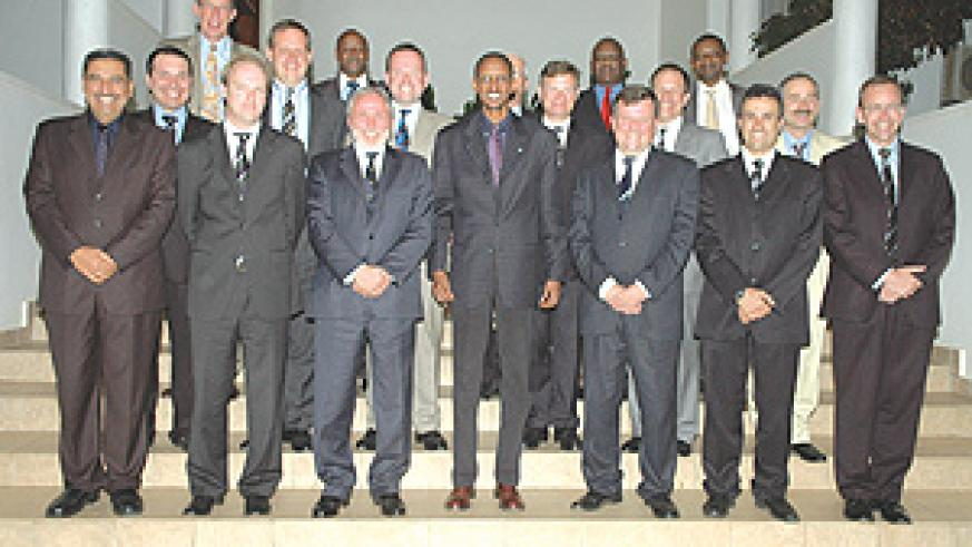 President Kagame, flanked by Amb. Nicholas Cannon (R) and Sir Brian Donnely, poses for a group photo with students of UK's Royal College of Defence Studies at Village Urugwiro.(PPU photo)