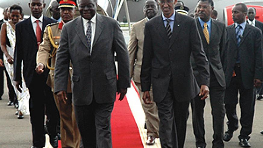 President Mwai Kibaki being received by President Paul Kagame at Kanombe International Airport.(PPU photo)