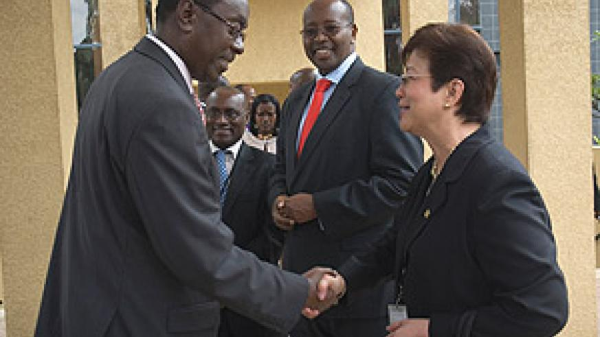 Prime Minister Bernard Makuza shares a light moment with ISSA President, Corazon S. de la Paz-Bernardo as Finance Minister, James Musoni looks. (Photo/ G.Barya).