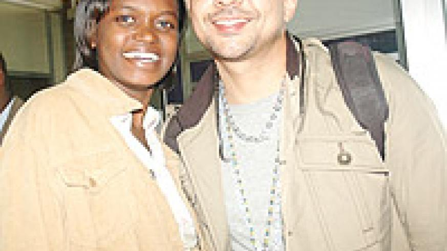 Sean Paul poses for a photo with Nambi at Kigali International Airport (Photo/J. Mbanda)