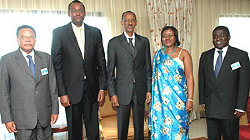 President Kagame stands with heads of organs of the EAC at the end of the two-day Retreat. (Photo PPU).