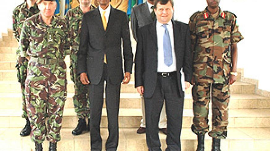 President Kagame with the visiting British army chief, Gen. Sir Richard Dannatt  and his delegation yesterday. (Photo PPU).
